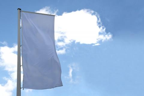 Fahne weiß im Wind